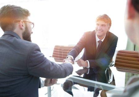 Photo pour Vue d'en haut. poignée de main des partenaires financiers après les négociations - image libre de droit