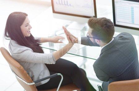 """Kollegen geben sich nach Marketinggesprächen gegenseitig """"fünf"""""""