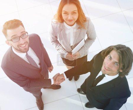 Photo pour Photo de la poignée de main des deux hommes d'affaires réussis - image libre de droit