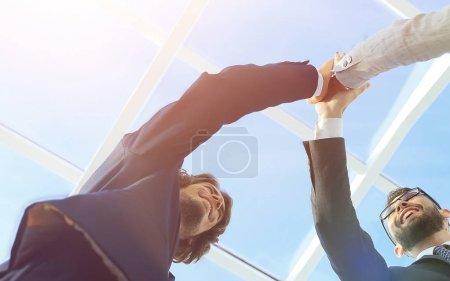 Erfolgreiche Geschäftsleute beim Händeschütteln