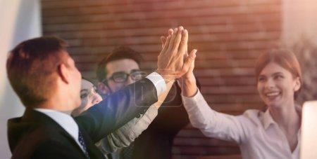 Foto de Equipo de negocios exitosos entre sí dando un alta cinco. el concepto de éxito. - Imagen libre de derechos