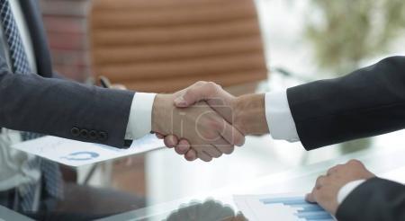 Photo pour Partenaires d'affaires de poignée de main lors d'une réunion d'affaires - image libre de droit