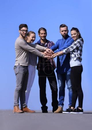Photo pour Un groupe de jeunes s'est serré les mains ensemble. Le concept d'amitié - image libre de droit