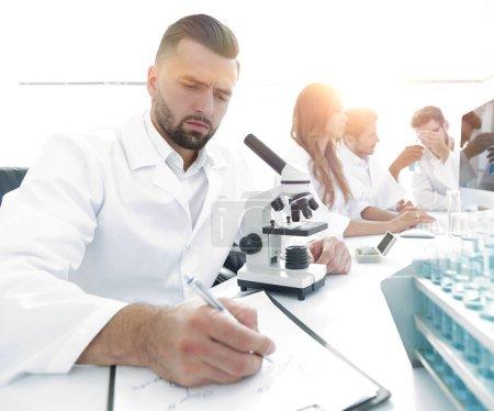 Photo pour Jeune scientifique travaille dans le lab.concept de travail d'équipe - image libre de droit