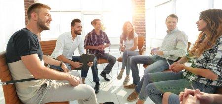 Photo pour Groupe d'employés au séminaire sur le team building - image libre de droit