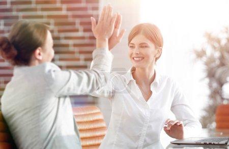 Photo pour Membres de l'équipe d'affaires mutuellement donnant une haute cinq. concept de réussite - image libre de droit