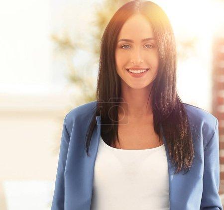 Photo pour Femme d'affaires forte, confiante et debout dans le bureau - image libre de droit