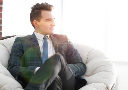 Photo pour Des gens réussis. portrait d'un jeune homme d'affaires prospère.photo avec espace de copie - image libre de droit