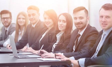 Foto de El equipo de trabajo Meeting.business sentado a la mesa - Imagen libre de derechos