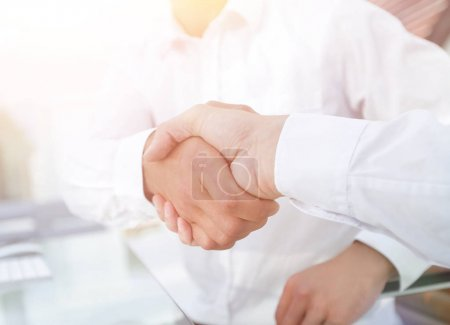 Photo pour Poignée de main rapprochée de collègues d'affaires. le concept de partenariat - image libre de droit