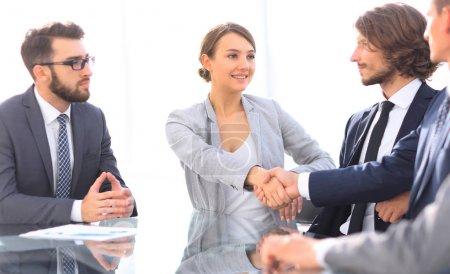 Photo pour Poignée de main femmes d'affaires avec partenaire d'affaires à la table de négociation - image libre de droit