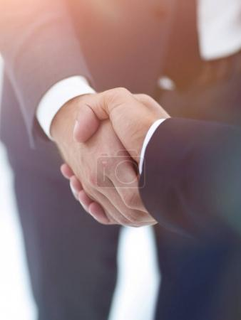 Photo pour Vue rapprochée des mains d'un homme d'affaires dans le bureau en tenue de cérémonie. - image libre de droit