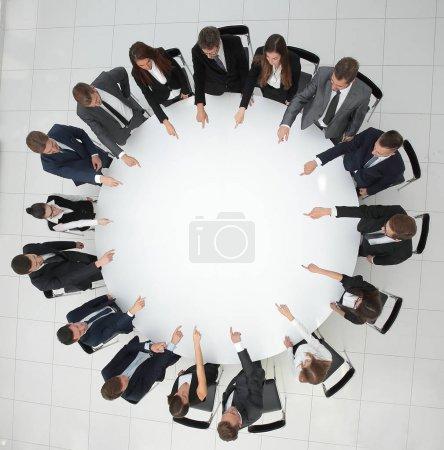 Foto de Vista desde la parte superior del equipo.business indica el centro de la mesa redonda. la foto tiene un espacio en blanco para el texto - Imagen libre de derechos