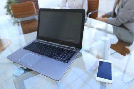 Photo pour Ordinateur portable et smartphone sur le bureau d'un homme d'affaires. lieu de travail . - image libre de droit