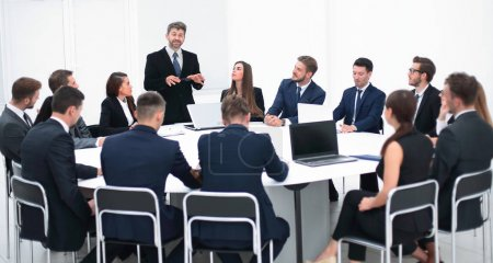 homme d'affaires, s'exprimant sur une proposition dans les négociations