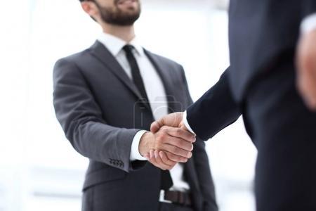 Photo pour Une poignée de main d'affaires. Homme d'affaires donnant une poignée de main pour conclure l'affaire - image libre de droit