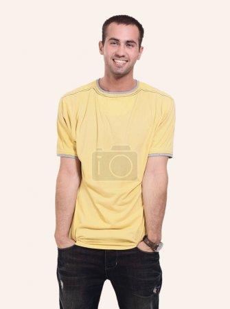 Photo pour Heureux jeune homme souriant debout sur toute la longueur isolé sur fond blanc - image libre de droit