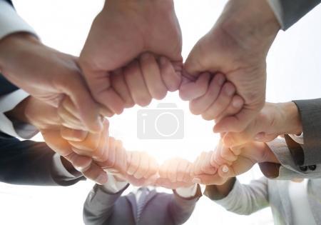 Photo pour Groupe de personnes ont uni leurs mains pour construire le travail d'équipe - image libre de droit