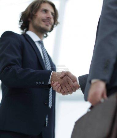 Photo pour Portrait d'un homme d'affaires portant une mallette, isolé sur blanc. Concept d'entreprise et de réussite - image libre de droit