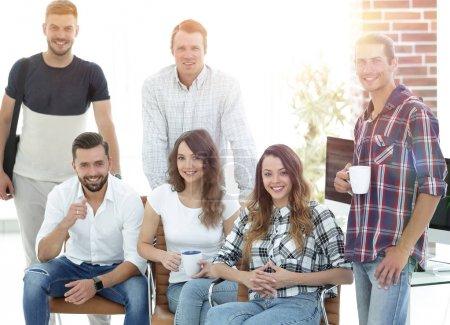 Photo pour Agence de design de portrait de groupe d'employés avec succès - image libre de droit
