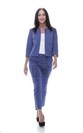 Photo pour Portrait de pleine longueur de femme d'affaires marchant vers la caméra et souriant. sur un fond blanc - image libre de droit