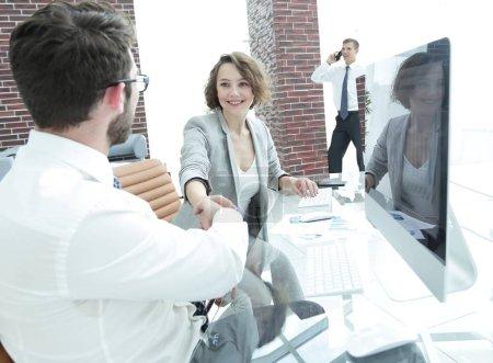Photo pour Homme d'affaires et femme d'affaires s'étirent mutuellement les mains pour une poignée de main - image libre de droit