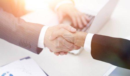 Photo pour Close seup .handshake des partenaires commerciaux au-dessus du Desk.the concept de partenariat - image libre de droit