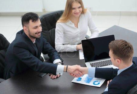 Photo pour Concept de coopération et de partenariat. poignée de main aux partenaires financiers - image libre de droit