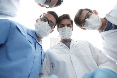Photo pour Gros plan. un groupe de médecins dans la salle d'opération .le concept de santé . - image libre de droit