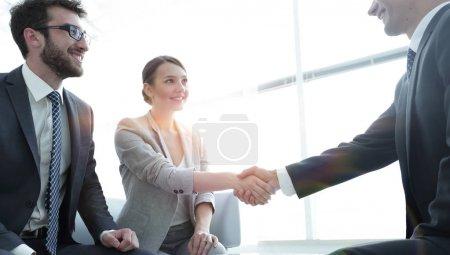Photo pour Accueil et poignée de main des femmes d'affaires avec un partenaire d'affaires - image libre de droit