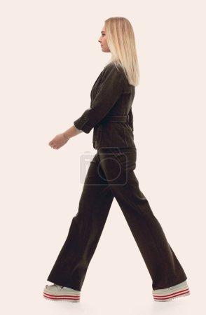 Photo pour .femme d'affaires motivée marchant forward.isolated sur blanc - image libre de droit
