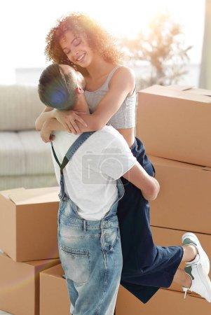 Photo pour Jeune couple emménageant dans une nouvelle maison. Concept immobilier - image libre de droit