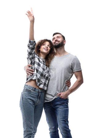 Photo pour Heureux jeune couple regardant vers le haut et vers le haut - image libre de droit