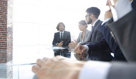 Photo pour Réunion de gens d'affaires pour discuter de l'entreprise concept.photo avec espace copie - image libre de droit