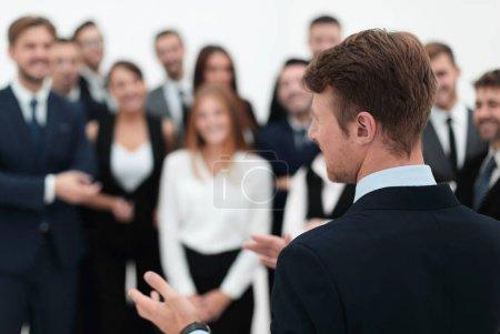 Photo pour Homme d'affaires fait un discours à son équipe. concept d'entreprise - image libre de droit