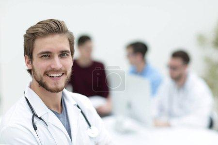 Photo pour Gros plan portrait d'un beau médecin sur fond flou bureau - image libre de droit