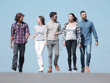 Photo pour Fermer .une équipe de jeunes marchant le long de la route.outdoors.photo avec espace de copie - image libre de droit