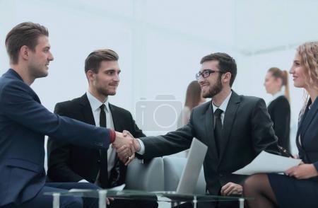 Photo pour Poignée de main des gens d'affaires à la réunion d'affaires dans le office.photo avec l'espace de copie - image libre de droit