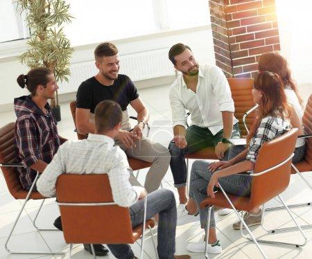 Photo pour Équipe créative amicale de jeunes . - image libre de droit
