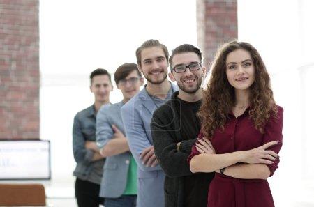 Photo pour Groupe de jeunes créatifs debout dans le bureau.le concept de travail d'équipe - image libre de droit