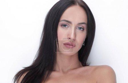 Photo pour Belle jeune fille avec maquillage naturel et une peau parfaite sur un fond blanc. - image libre de droit