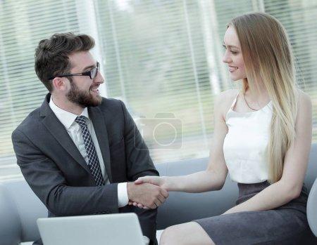 Photo pour Jeune candidate serrant la main de son employeur après un entretien d'embauche, un concept d'emploi et de réunions d'affaires - image libre de droit