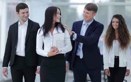 Photo pour Patron souriant et l'équipe des activités - image libre de droit