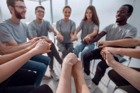 Photo pour De près. un groupe de jeunes gens divers se tenant la main - image libre de droit