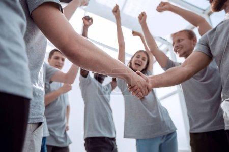 Photo pour En gros plan. jeunes se félicitant mutuellement de la victoire - image libre de droit