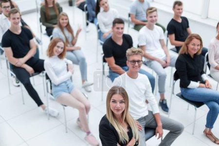 Photo pour Vue de dessus. public de jeunes assis dans la salle de conférence. affaires et éducation - image libre de droit