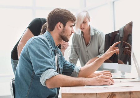 Photo pour Homme d'affaires travaillant sur un ordinateur dans le bureau. personnes et la technologie - image libre de droit