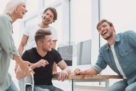 Photo pour Joyeuse équipe de jeunes sur le lieu de travail. le concept de travail d'équipe - image libre de droit