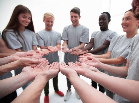 Photo pour De près. groupe de jeunes debout avec les paumes ouvertes - image libre de droit