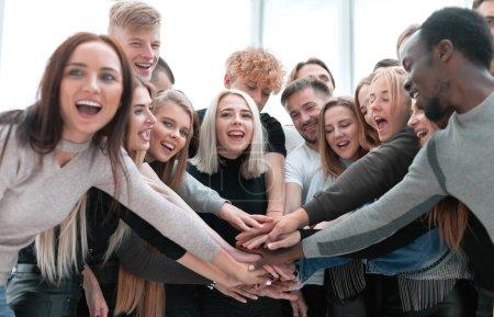 Photo pour De près. des jeunes diversifiés qui mettent la main ensemble - image libre de droit